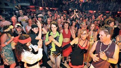 Im großen Saal des E-Werks heizten DJs und später auch Live-Bands den Besuchern mit karibischen Klängen ein, wer ein luftiges Kostüm gewählt hatte, konnte sich glücklich schätzen.
