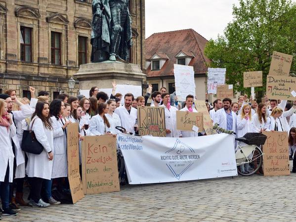Knapp 200 Medizinstudenten haben vor der Verwaltung der Universität auf dem Schlossplatz für bessere Studienbedingungen protestiert.