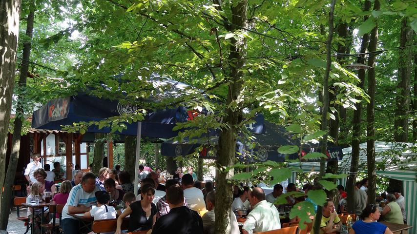 Im Bierkeller - Brennerei Schweizer-Keller sitzen die Gäste wunderbar unter schattigen Bäumen:  - Sehr schön gelegen im Wald - Dort soll man die besten Pfannenschnitzel Forchheims und dazu ein leckeres Kellerbier genießen können - Für jeden, der fränkische Kellerkultur schätzt ein absoluter Geheimtipp