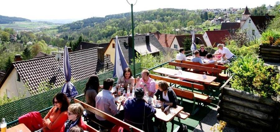 Der Biergarten zum Bergschlösschen in Gräfenberg gehört der Friedmann-Brauerei:  - Seine Stammgäste schwärmen vom Ausblick am terrassenförmigen Bergschlösschen über Gräfenberg  - Wenige, aber deftige fränkische Brotzeiten etwa Obatzter oder Wurstsalat
