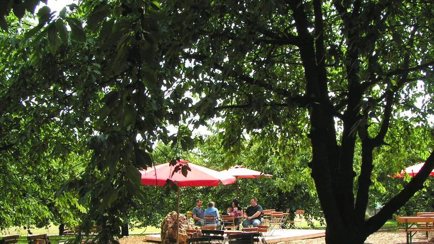 Im Wölfersdorfer Biergarten sitzen die Besucher