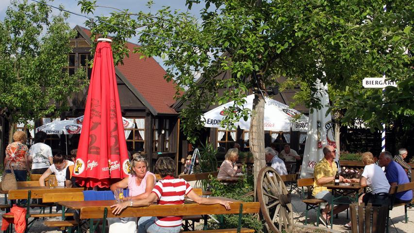 Das Obstgärtla in Burgfarrnbach zählt mit 650 Plätzen zu den größten in der Fürther Umgebung. Die Gäste sitzen unter herrlichen alten Obstbäumen, die Kinder können sich auf einem Spielplatz austoben. Wenn es kühler wird, ist man im beheizten