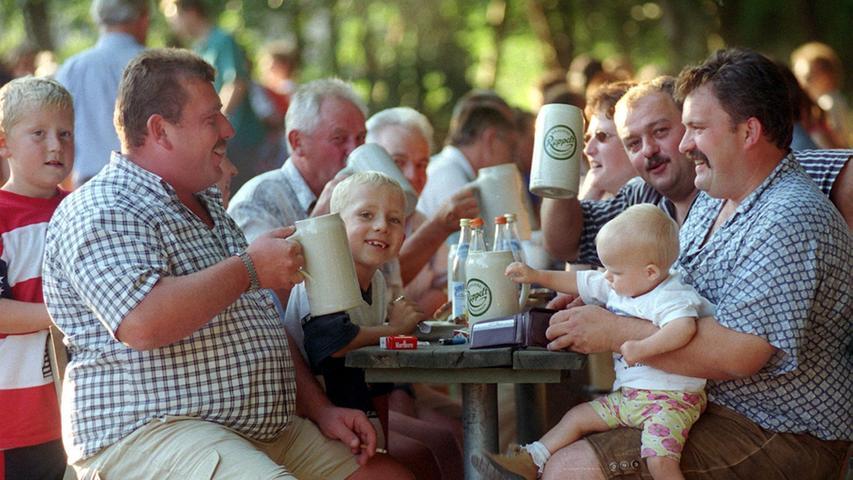 Das Brauerei Gasthaus Roppelt erhält von seinen Besuchern viel Lob:  - Leckere angebotene Brotzeiten und warme Gerichte, die auch preislich auf einem sehr guten Niveau sind  - Essen darf aber auch mitgebracht werden  - Die Gäste finden sonnige, aber auch schattige Plätze unter Laubbäumen. Auf dem Gelände steht für die Kinder ein großer Spielplatz zur Verfügung  -