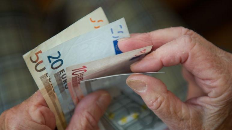Wer einen oder mehrere Geldscheine, Wertsachen oder andere fremde Dinge findet, kann mit einem Finderlohn von fünf Prozent rechnen - ist der Fund mehr als 500 Euro wert, kommen noch mal drei Prozent des Mehrwerts oben drauf. Die Belohnung gibt es aber nur, wenn man die Fundsache auch ordnungsgemäß abgibt: im Fundbüro. Tut man das nicht, macht man sich der Unterschlagung schuldig - und das kann dann mehrere Hundert oder auch Tausend Euro kosten.  Meldet sich der ursprüngliche Eigentümer der Fundsache nicht innerhalb von sechs Monaten, bekommt sie der Finder.  Ausnahme: Funde im Wert von unter 10 Euro muss man nicht zum Fundbüro bringen.