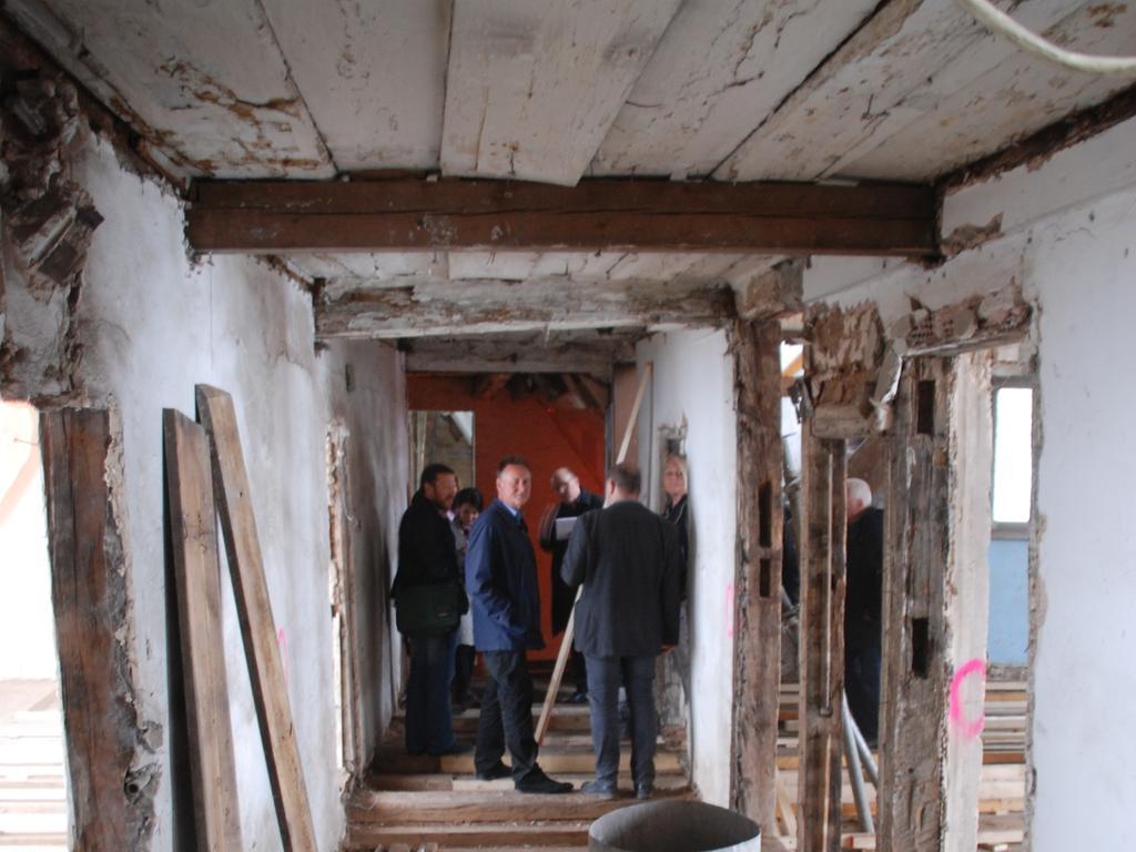 Baustellenbesichtigung Goldener Schwan, Marktplatz Fuerth: Kellergewoelbe mit behelfsmaessiger Stuetzkonstruktion aus Holz, die spaeter durch Betonfundamente und Stahltraeger ersetzt wird