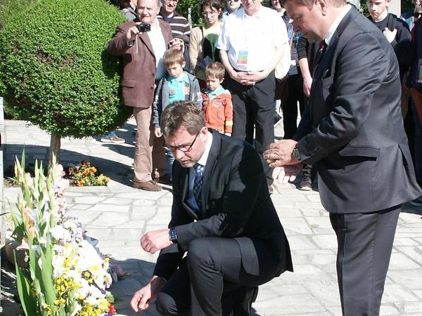 Die Bürgermeister Karl-Heinz Fitz und Gilles Begout gedachten am Mahnmal der vielen Toten.