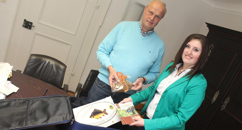 Kofferpacken für Helsinki: Bürgermeister Gerald Brehm gibt Regina Dukart Karpfen-Accessoires mit auf den Weg.