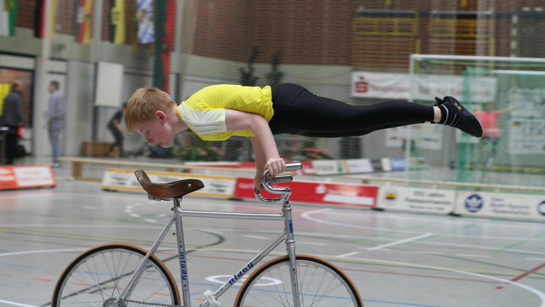 Der Kleinste war bei der deutschen Schülermeisterschaft der Größte: Gerade mal zehn Jahre alt ist Daniel Stark und erreichte im Einer Kunstradfahren den vierten Platz.