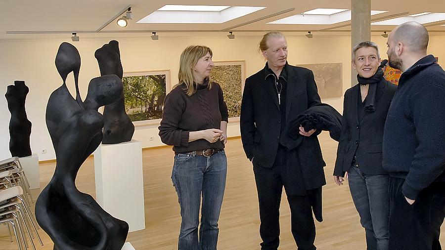 """Zurück zu den Wurzeln: Franziska Uhl (l.), Michael Jordan (r.) und Helmut Lobenwein im Gespräch mit der """"Out of Erlangen""""-Kuratorin Barbara Leicht im Kunstmuseum."""