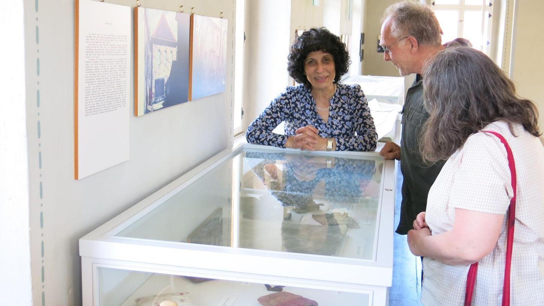 Rajaa Nadler (li.) erläuterte den Besuchern am Museumstag die Kultgegenstände des Judentums.