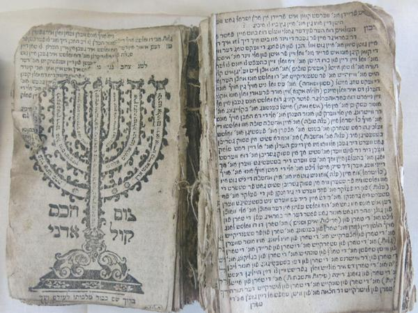 Auch ein Kompendium mit Gebetbüchern gehört zum Bestand des Synagogen-Museums Ermreuth.