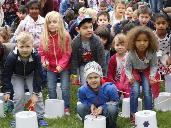 Die Musikinitiative Mubikin mobilisiert und motiviert Kinder zum Musizieren. So wie hier, wo 2200 Kinder auf der Wöhrder Wiese trommelten.