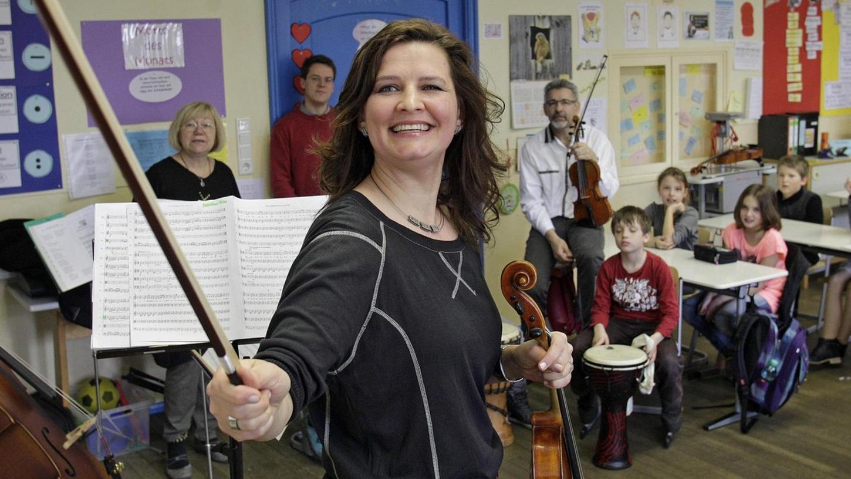 Mädchen und Jungen der Grundschule Eibach proben für ein Konzert mit Profis der Symphoniker. Im Juli haben sie ihren großen - gemeinsamen — Auftritt auf Initiative von Mubikin.