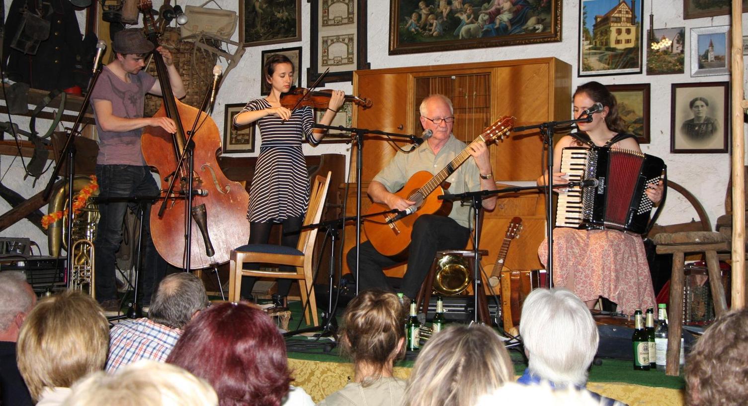 """Die """"Wellbappn"""" Sebastian Gröller sowie Tabea, Hans und Sarah Well (von links) bereiteten den Zuhörern im Walder Herrmannsstadel einen sehr vergnüglichen Abend."""