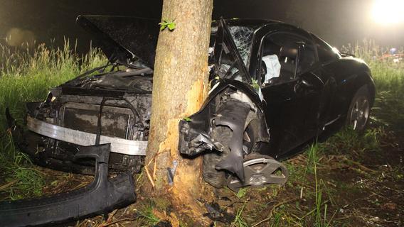 Audi TT prallt gegen Baum: Zwei Menschen schwer verletzt