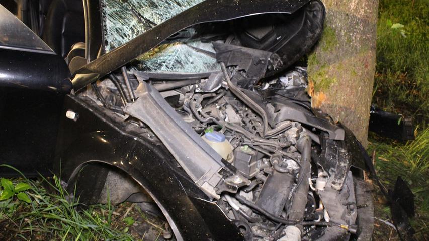 Am spaeten Montagabend (31.05.2016) kam es auf der B2 zwischen Schnabelwaid  (Lkr. Bayreuth) und der Abzweigung nach Schoenfeld zu einem schweren  Verkehrsunfall. Aus bislang noch ungeklärter Ursache kam der Fahrer eines Audi  TT nach links von der Fahrbahn ab, fuhr ca. 30 Meter an einem Abhang entlang  und prallte schlussendlich frontal gegen einen Baum. Der Audi-Fahrer dessen  Alter zum Zeitpunkt der Unfallaufnahme noch nicht bekannt war, sowie die  19-jaehrige Beifahrerin waren in dem Sportwagen eingeschlossen. Die angerückte  Feuerwehr musste sie mit technischem Geraet befreien. Die beiden Inssasen kamen  mit Verletzungen ins Krankenhaus nach Bayreuth. Nach derzeitigem Kenntnisstand  entstand am Audi Totalschaden. Während der Rettung der verunglueckten Personen  und der Bergung des Fahrzeuges war die B2 in beide Richtungen gesperrt. Die  Feuerwehren Schnabelwaid und Creussen leiteten den Verkehr um. Foto: NEWS5 /  Holzheimer