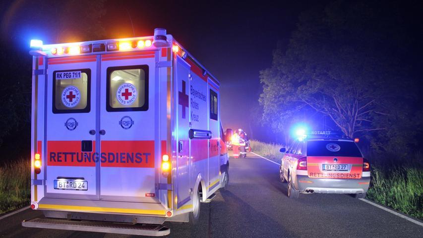 Am spaeten Montagabend (30.05.2016) kam es auf der B2 zwischen Schnabelwaid  (Lkr. Bayreuth) und der Abzweigung nach Schoenfeld zu einem schweren  Verkehrsunfall. Aus bislang noch ungeklärter Ursache kam der Fahrer eines Audi  TT nach links von der Fahrbahn ab, fuhr ca. 30 Meter an einem Abhang entlang  und prallte schlussendlich frontal gegen einen Baum. Der Audi-Fahrer dessen  Alter zum Zeitpunkt der Unfallaufnahme noch nicht bekannt war, sowie die  19-jaehrige Beifahrerin waren in dem Sportwagen eingeschlossen. Die angerückte  Feuerwehr musste sie mit technischem Geraet befreien. Die beiden Inssasen kamen  mit Verletzungen ins Krankenhaus nach Bayreuth. Nach derzeitigem Kenntnisstand  entstand am Audi Totalschaden. Während der Rettung der verunglueckten Personen  und der Bergung des Fahrzeuges war die B2 in beide Richtungen gesperrt. Die  Feuerwehren Schnabelwaid und Creussen leiteten den Verkehr um. Foto: NEWS5 /  Holzheimer