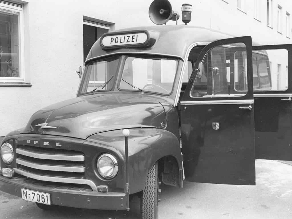 """Ein """"Polizeipräsidium im kleinen"""" stellt dieser Bereitschaftswagen der Kriminalpolizei dar, der mit Scheinwerfern, Handlautsprechern, Tonbandgeräten und Vernehmungskabinen für alle Fälle eingerichtet ist. Mit ihm fahren die Beamten künftig zu den Schauplätzen von Kapitalverbrechen."""