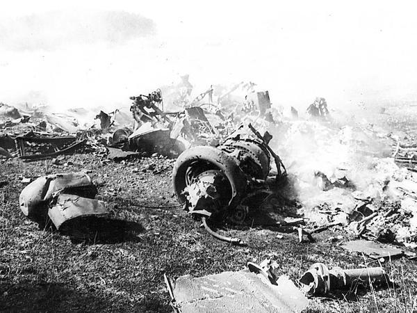 Über die ganze Fischelhöhe verstreut lagen Trümmer des abgestürzten US-Hubschraubers und die Leichen der 37 getöteten Soldaten.