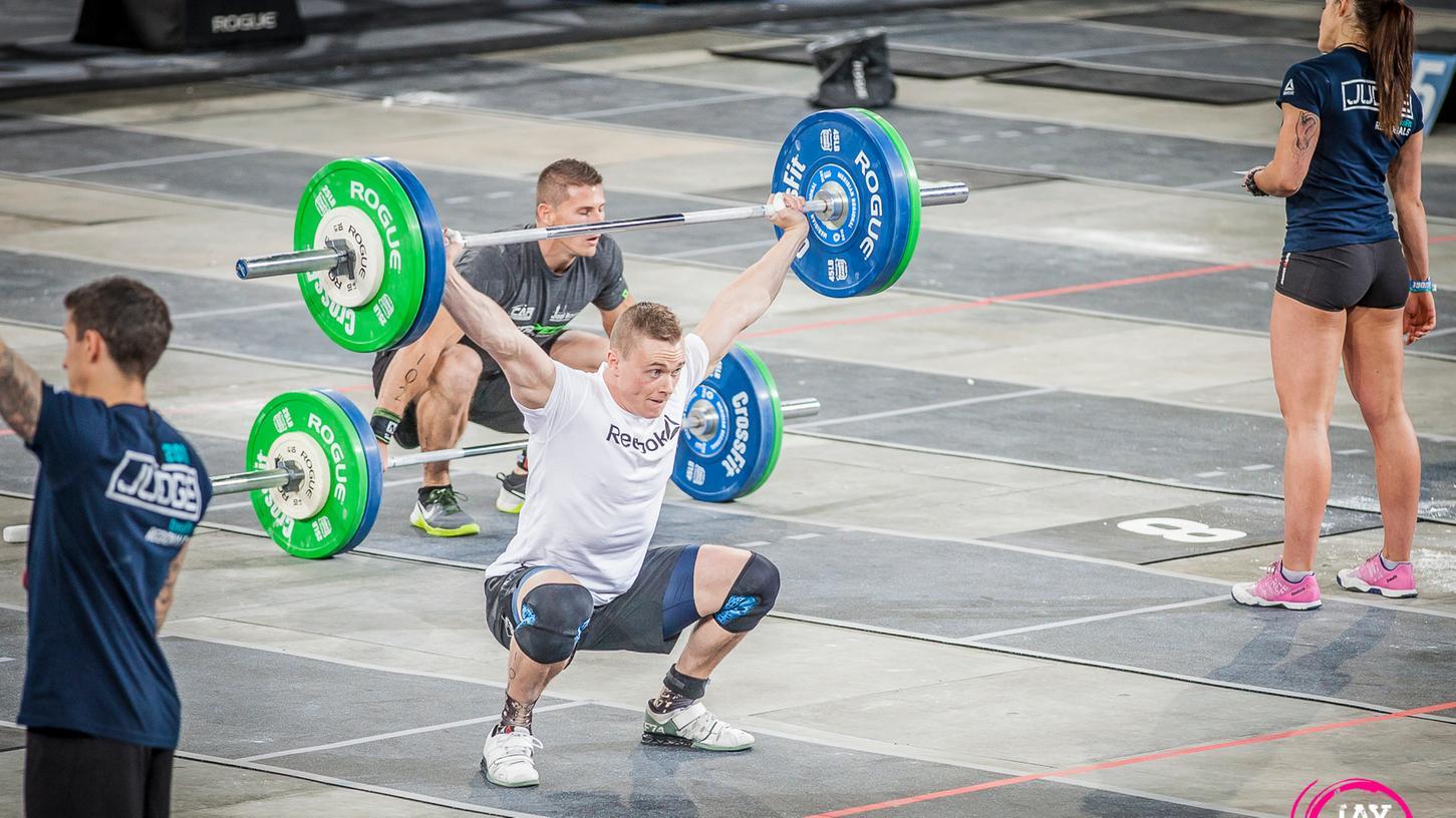 Bei den Crossfit Open kämpfen Crossfit-Athleten weltweit in denselben Workouts darum, wer der Fitteste und die Fitteste der Welt sind.