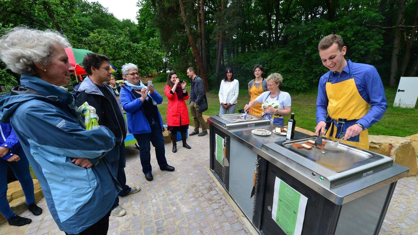 Die ersten Würstchen auf dem öffentlichen Elektrogrill wurden von Bürgermeisterin Susanne Lender-Cassens und Justus Schömann vom Jugendparlament gegrillt.