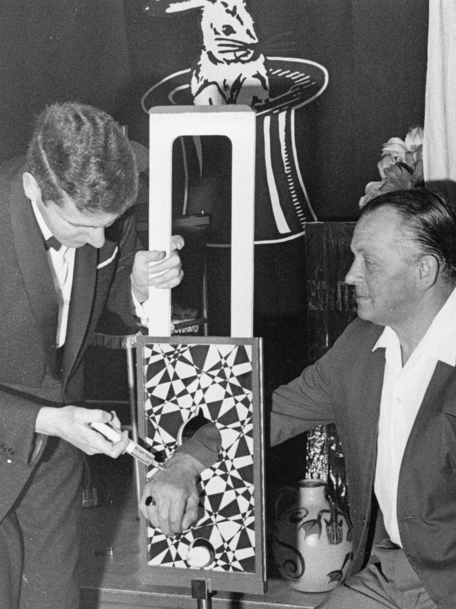 """Hackt er ihm, dem Gast aus dem Publikum, nun die Hand ab oder nicht? Vorsorglich gibt Zauberer Günther Peters (links) dem """"Patienten"""" eine Spritze."""