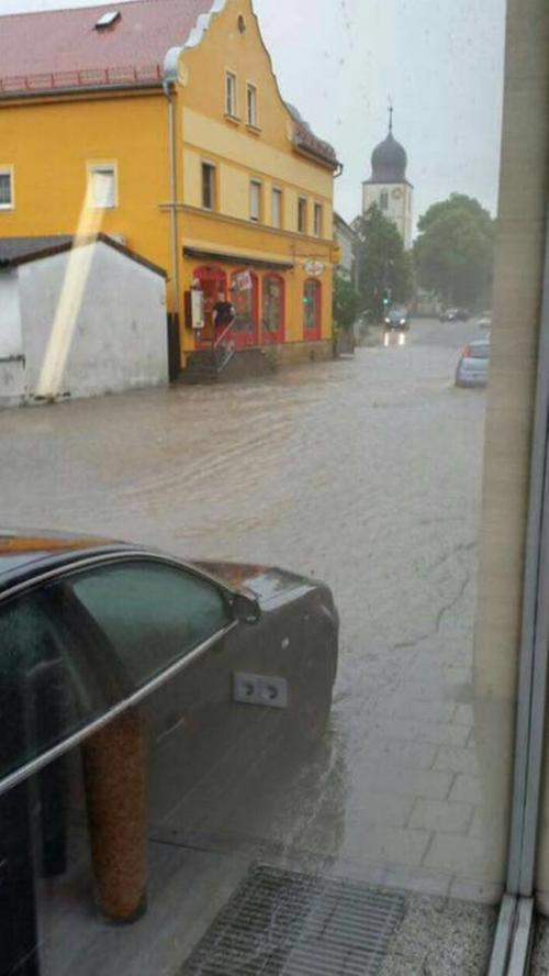 In manchen Orten mussten sich die Autos ihren Weg durch das Wasser bahnen - so wie hier in Walsdorf. Das Bild wurde uns von Leserin Bianca Mzyk via Facebook übermittelt