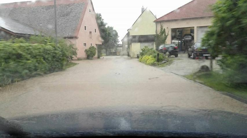 Auch in Weihenzell hatten Autofahrer mit der Flut zu kämpfen, wie Leserin Tanni Lein uns via Facebook wissen ließ.