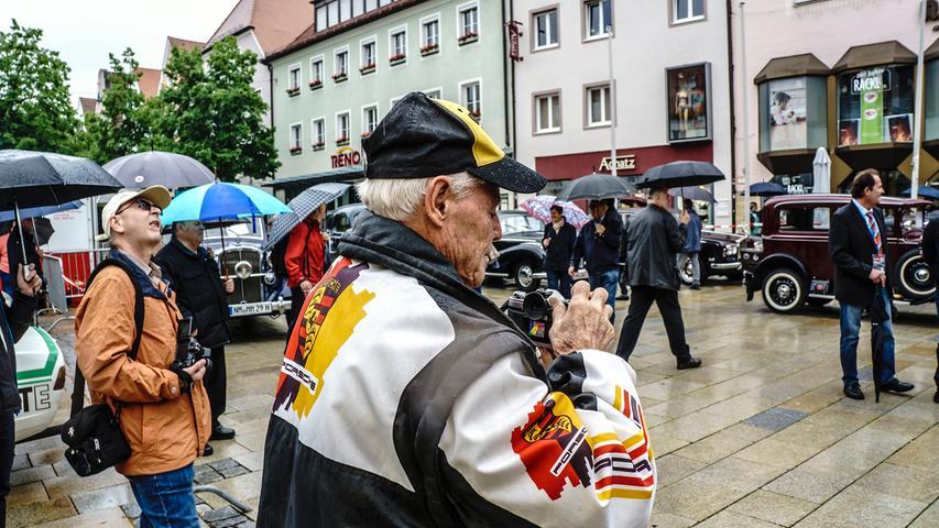 Rundgang bei Regen: Das Oldtimer-Treffen lockte trotzdem die Neumarkter.