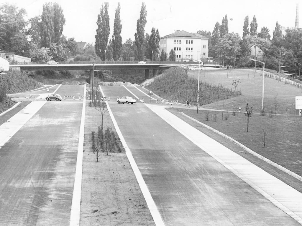 Bis zur Kurgarten-Brücke, der Verbindung zwischen Schniegling und Fürth, ist die Schnellstraße schon vierspurig ausgebaut. Dahinter aber endet sie im Niemandsland, weil die Stadt Fürth und die Bundesbahn mit ihren Plänen nur kaum vorankommen.