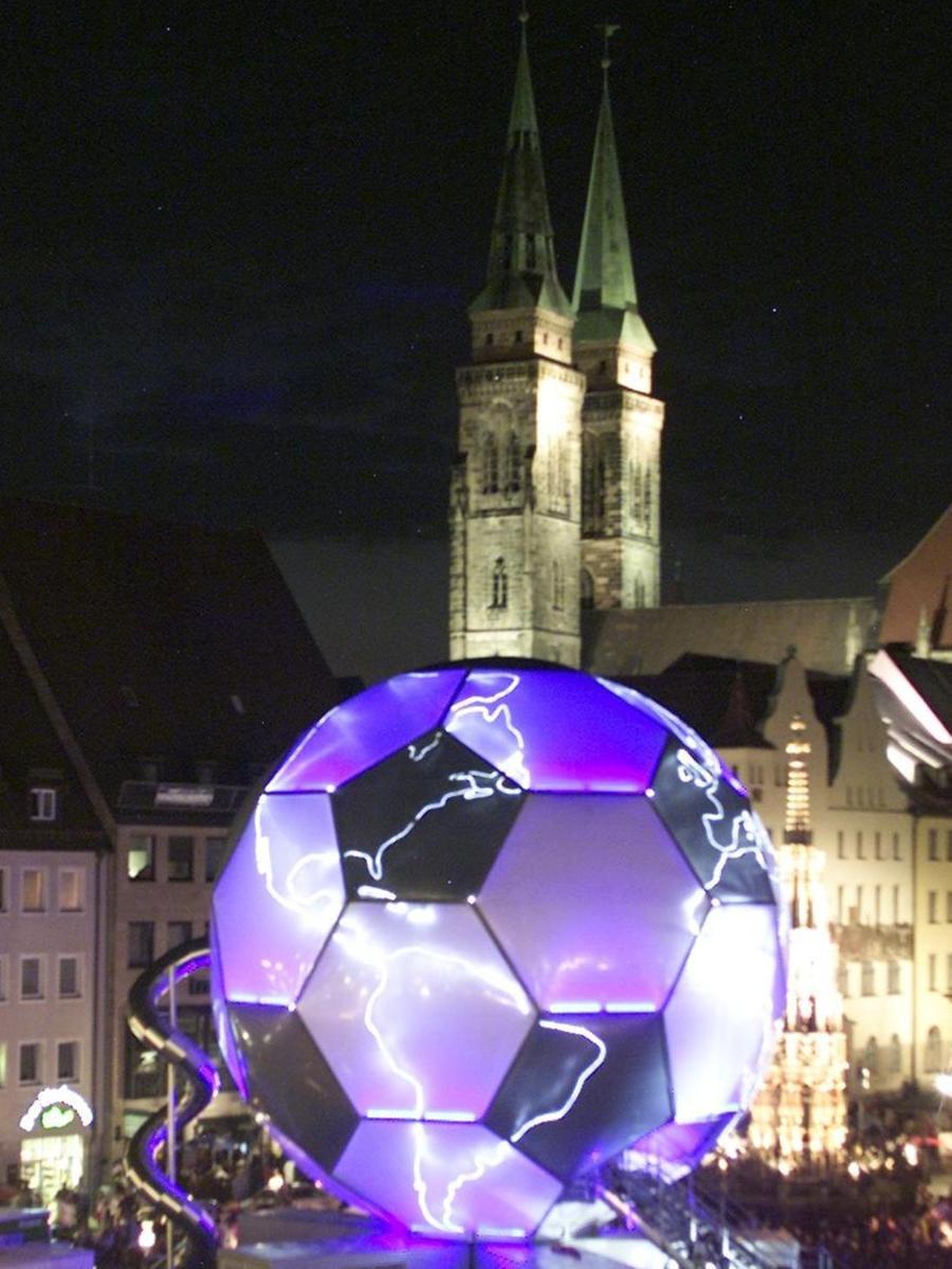 Eine Augenweide war auch der WM-Globus, der durch die Spiel-Städte zog und vom 19. Juli bis zum 11. September 2005 Station auf dem Nürnberger Hauptmarkt machte.