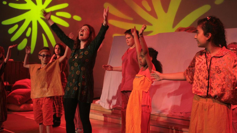 """Bei der Aufführung des Musicals """"Rotasia"""" in der Lux-Kirche. Regisseurin Monika Hopp (Mitte) beim Tanzen mit den jungen Darstellern auf der Bühne."""