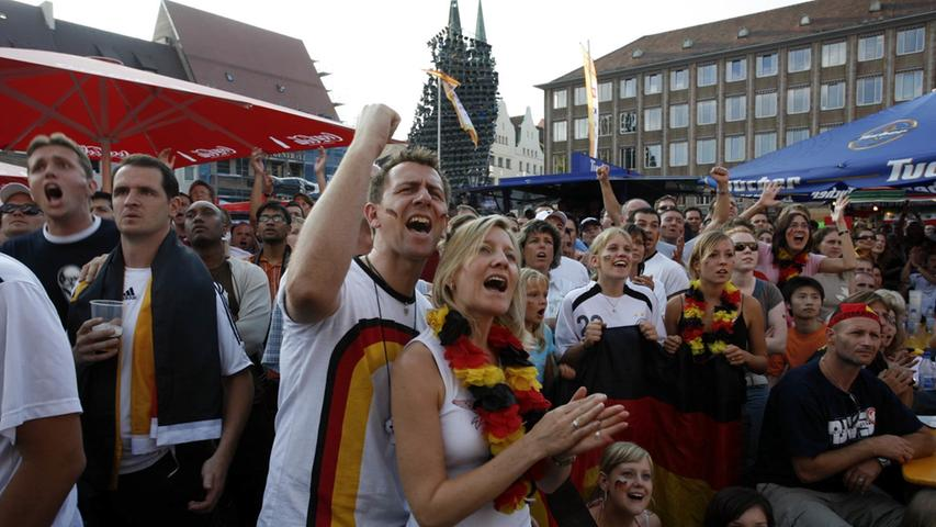 Pol/Lok..Foto: Günter Distler..Motiv: WMNürnberg; WM-Viertelfinale; Hauptmarkt Nürnberg