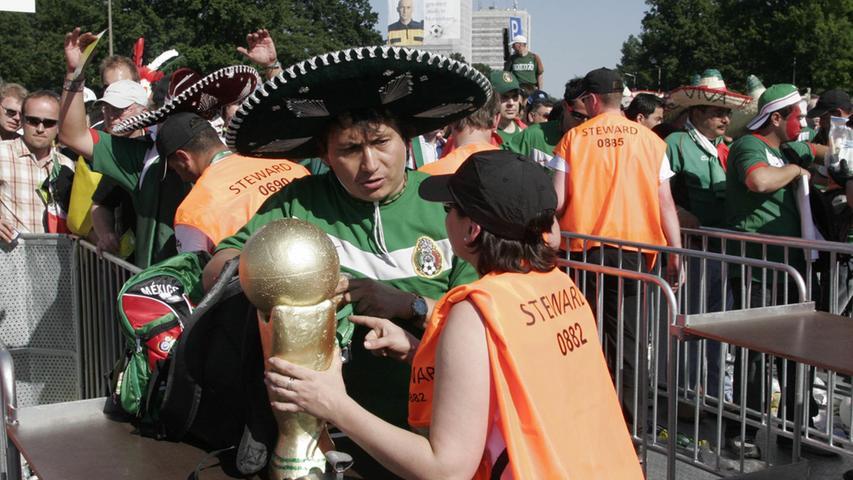 Foto: Eduard Weigert..WM 2006 WMNürnberg....Mexico - Iran..Erhatte Glück und durfte den Cup mit ins Stadion nehmen