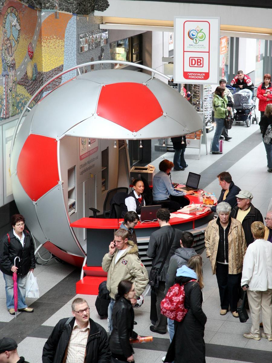 Lokales..Foto: Günter Distler..Motiv: WM-Info-Ball in der Mittelhalle der Meistersingerhalle