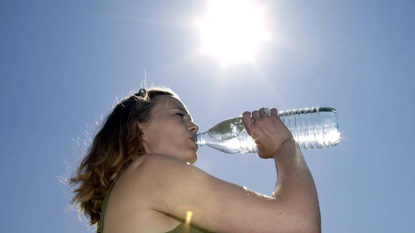 Morgenübelkeit oder Ganztagesübelkeit - für die meisten Frauen ist dieses Symptomwährend der frühen Schwangerschaft Realität. Etwa 50 Prozentder Frauen leiden während des ersten Schwangerschaftsdrittels unter Übelkeit und Erbrechen. Wichtig dabei ist, die verlorene Flüssigkeit durch viel Trinken wieder dem Körper zuzuführen.