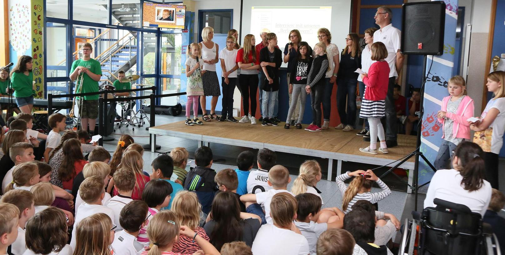 Die Reisegruppe (rechts Rektor Michael Richter) berichtete von der Preisvergabe.