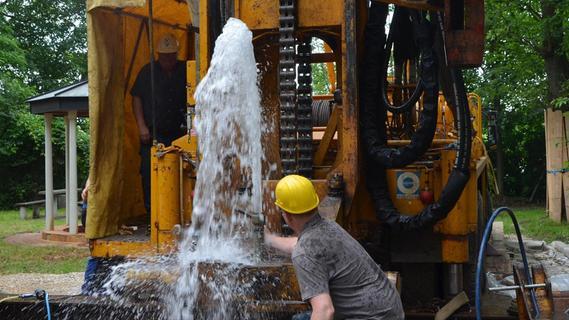 Ozapft is: Aus der Gaggalasquelle bei Weikershof sprudelt nach ihrer aufwendigen Sanierung munter das Thermalwasser.
