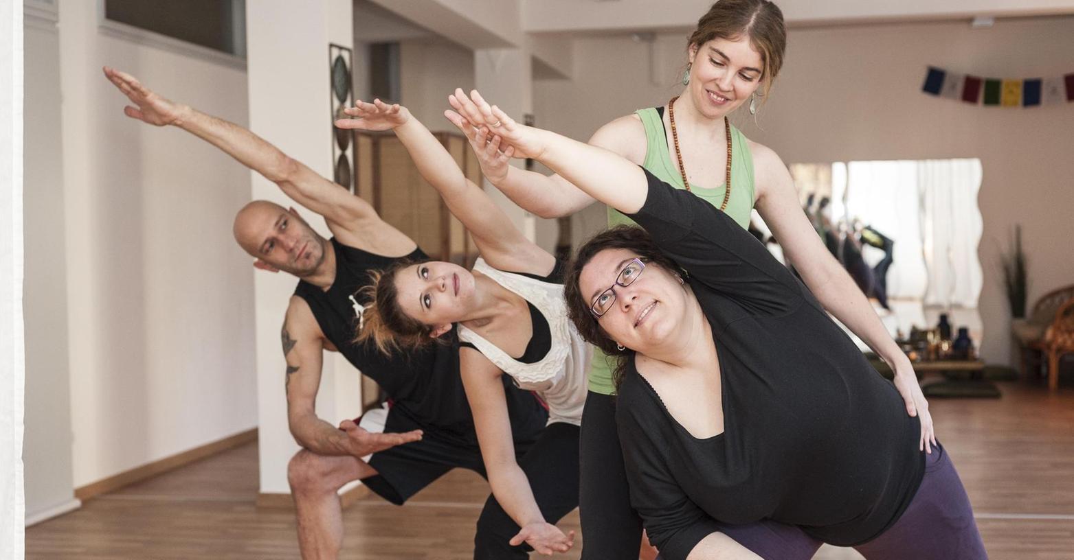 Die Asanas genannten Körperstellungen sind nur ein Teil des Yogas. Mindestens genauso wichtig sind Atem, Entspannung und Meditation. Im Zusammenhang mit Yoga werden nach Schätzungen weltweit 42 Milliarden Euro erlöst.
