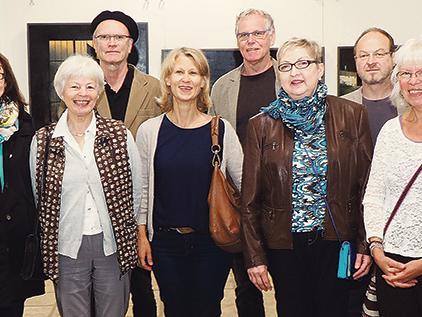 Gruppenbild zum Auftakt: Zur Vernissage hatten sich zehn der 27 ausstellenden Künstler in der Schranne eingefunden. Mit im Bild sind Roland Ottinger vom Organisationsteam (li.) und OB Jürgen Schröppel (2. v. li.).