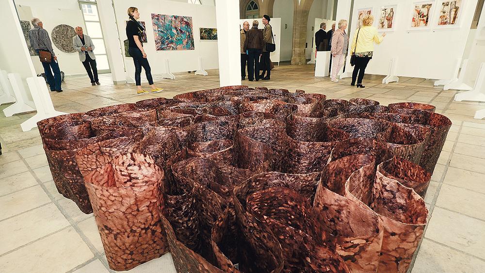 Große Vielfalt: Nicht nur Gemälde, sondern auch Bildhauerei, Fotografien und interessante Mischformen künstlerischer Arbeiten sind noch bis Sonntag in der Schranne zu sehen. Die Besucher dürfen den Publikumspreis vergeben.