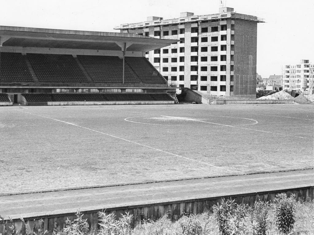 In diesem Stadion wurde einst deutsche Fussballgeschichte geschriieben, heute bietet es ein Bild des Verfalls: auf auf den Stehrängen wuchert das Unkraut und das Spielfeld gleicht einem Dorfanger. Bald wird auch die Tribüne gesprengt. Der weltberühmte Zabo ist dann nur noch Legende.