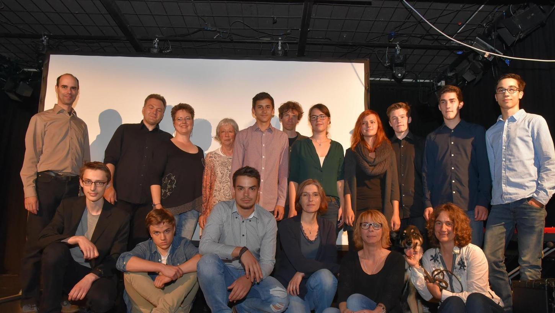 Das gesamte Drehteam um Regisseur und Drehbuchautor Kari Hennig und Produzentin Ute Janson (hintere Reihe, 2. u. 3. v. li.) war bei der Vor-Premiere im Jungen Theater vor Ort.