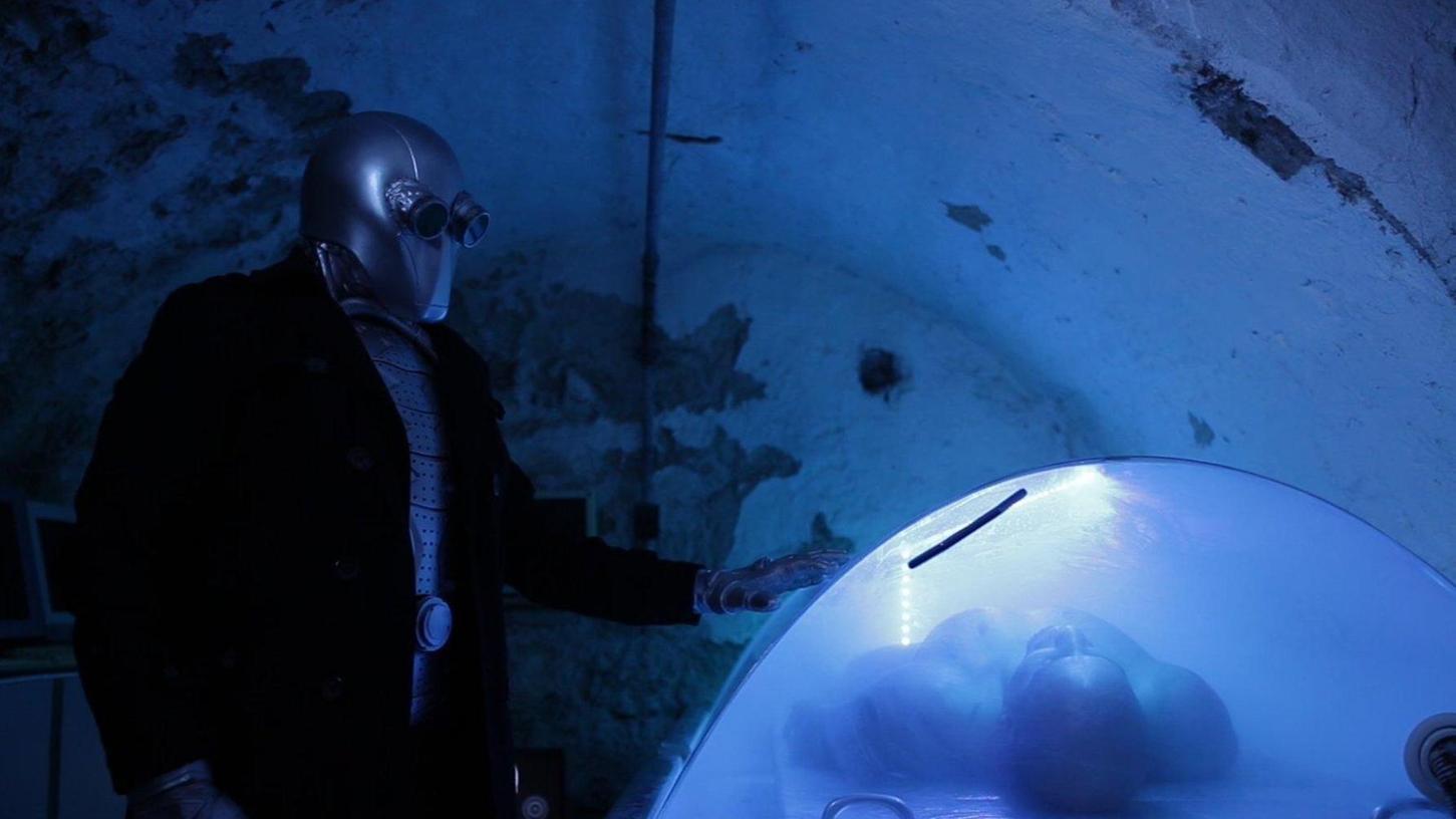 Im Jahr 2032 erwacht Will Noland aus dem Kälteschlaf – und stellt fest, dass er von einem seltsamen Roboter bewacht wird. Den spielt Regisseur Davide Grisolia übrigens selbst.