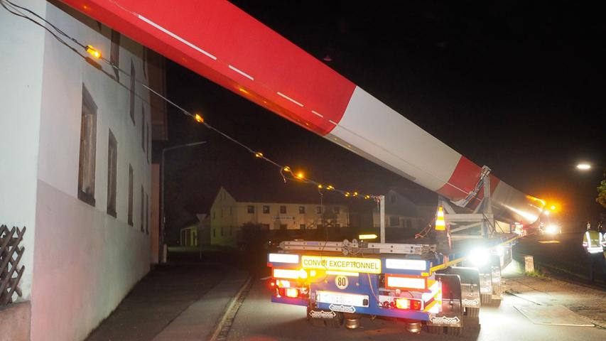 Ein über 60 Meter langer Schwerlasttransport ist am 13.6.2016 in der Ortsdurchfahrt des Ortsteil Oberhochstatt in Weißenburg hängen geblieben.