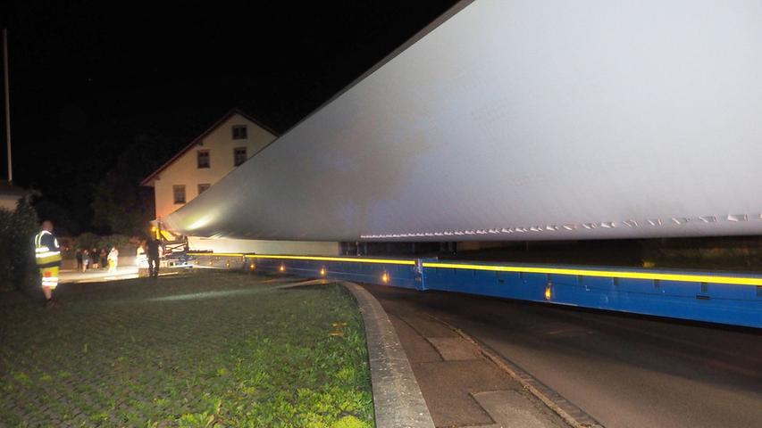 OLYMPUS DIGITAL CAMERAEin über 60 Meter langer Schwerlasttransport ist am 13.6.2016 in der Ortsdurchfahrt des Ortsteil Oberhochstatt in Weißenburg hängen geblieben.