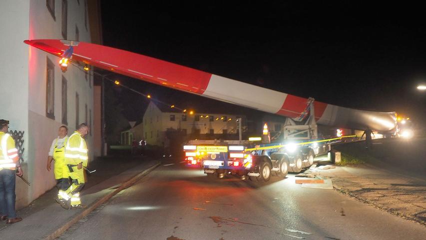 FOTO: Robert Renner, 13.6.2016.MOTIV: Schwertransport in WeißenburgEin über 60 Meter langer Schwerlasttransport ist am 13.6.2016 in der Ortsdurchfahrt des Ortsteil Oberhochstatt in Weißenburg hängen geblieben.