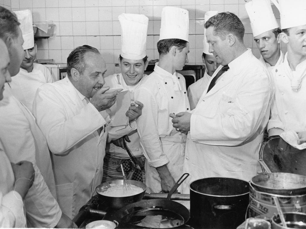 Entscheidender Augenblick für die Prüflinge: ein Küchenmeister bei der Kostprobe.