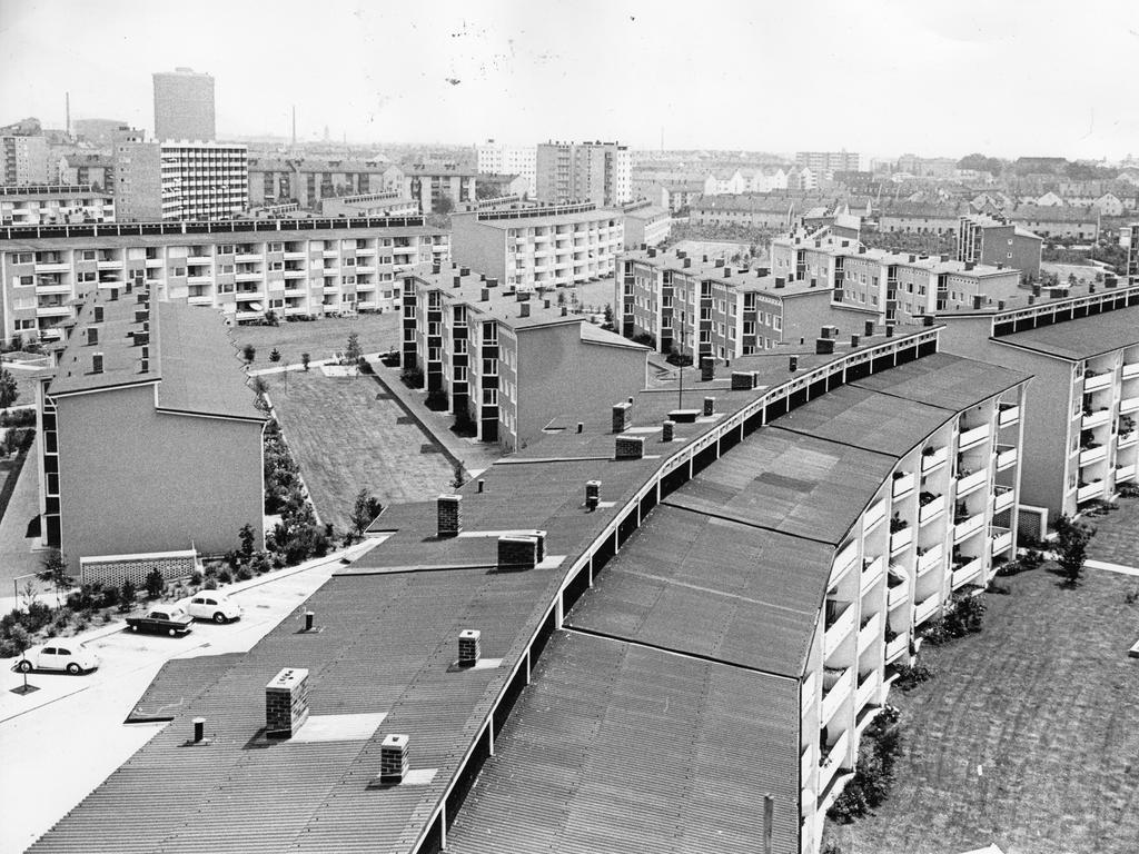 """""""Der soziale Wohnungsbau muß im bisherigen Stile weitergeführt werden"""" – diese Ansicht äußern alle Rathaus-Parteien. Ein gelungenes Beispiel für preiswerte Heimstätten bietet die Parkwohnanlage West an der Rothenburger Straße."""