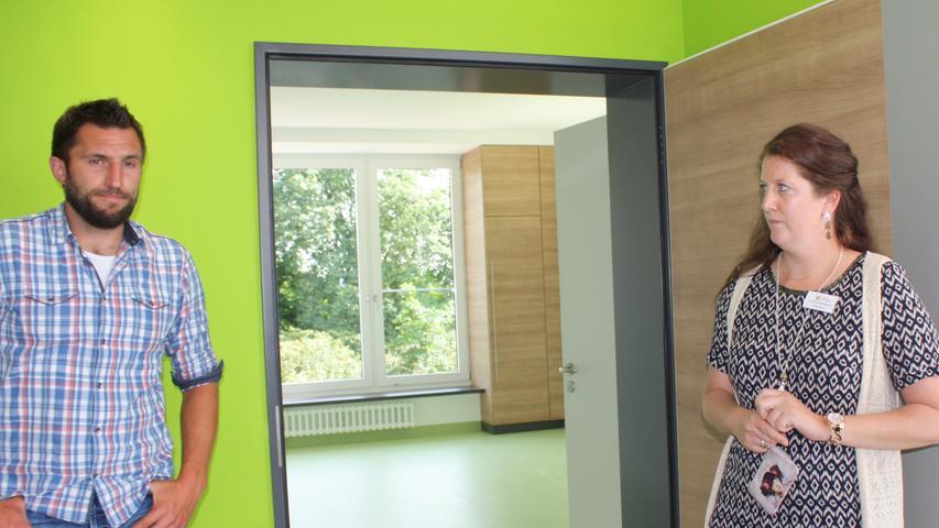 Bauleiter Andreas Auernhammer und Pflegedirektorin Cornelia Kerschbaum am Eingang zu einem der neuen, noch unmöblierten Patientenzimmern.